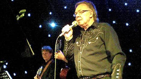 Kari Tapio esiintyi Oulussa Night Club Tähdessä 11.9.2010.