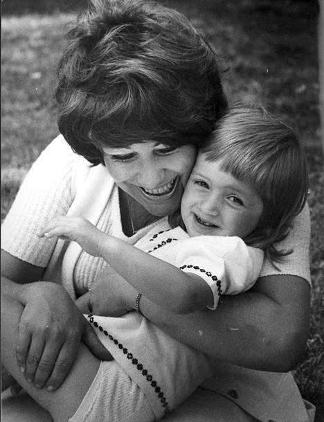 Pieni Milana äitinsä Laila Kinnusen sylissä heinäkuussa 1973.