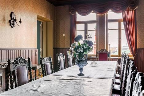 Myynnissä oleva kulmahuoneisto henkii tsaarinaikaista Helsinkiä.