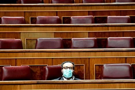 Espanja.  Kansanedustaja Jose Maria Sanchez parlamentin istunnossa Madridissa keskiviikkona. Maa sulki tällä viikolla maarajansa.