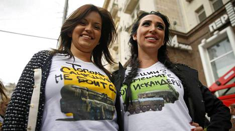 Naiset ovat käyneet vaihtamassa läntiset t-paitansa venäjämielisempiin. Paidoissa lukee Topol ei pelkää sanktioita ja  Sanktioita? Älä naurata Iskanderiani! viitaten Venäjän aseistukseen.