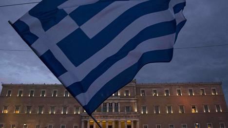 Lippu Kreikan parlamentin edustalla Ateenassa.