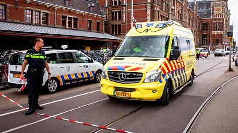 Kaksi ihmistä loukkaantui puukkohyökkäyksessä Amsterdamissa perjantaina.
