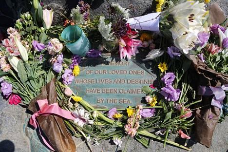 Venepalon uhrien muistoksi oli tuotu kukkia Santa Barbaran satamaan.