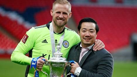 """Kasper Schmeichel ja Aiyawatt """"Top"""" Srivaddhanaprabha juhlivat FA-cupin voittoa toukokuussa."""