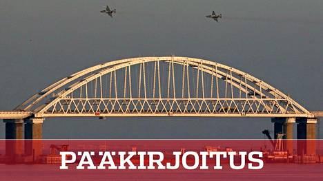 Venäläiset hävittäjät ylittivät Kertšinsalmen sillan sunnuntaina.