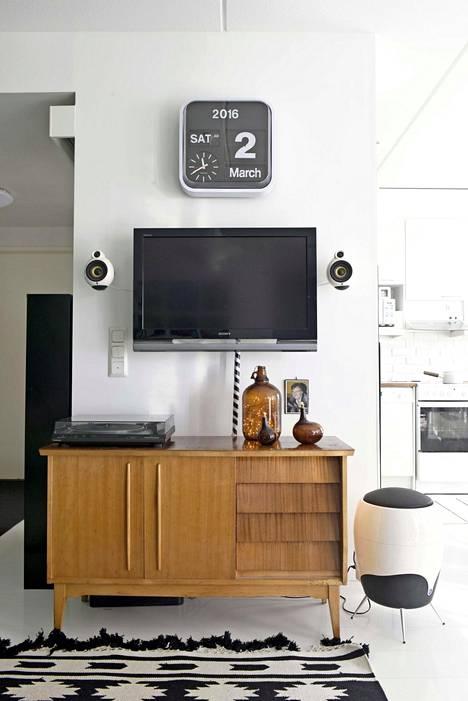 Rakkain huonekaluista on äidiltä saatu senkki, jonne mahtuu näppärästi stereot ja muut televisioon kytketyt tekniset laitteet.