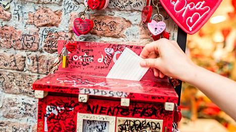 Korona-aika on siirtänyt Julian klubin toiminnan toistaiseksi sosiaaliseen mediaan, mutta näihin punaisiin laatikoihin turistit tapasivat pudottaa kirjeensä Veronassa. Sihteerit kävivät tyhjentämässä postilaatikot kerran pari viikossa. Kirjeitä tulee postitse vieläkin.