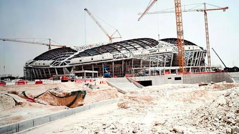 """Projektiin törsätään 200 miljardia euroa – Mikko Oivanen hämmästelee Qatarin toimintaa: """"Kuka sitä käyttää MM-kisojen jälkeen?"""""""