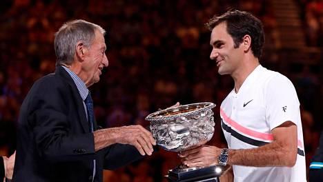 Ashley Cooper ojentamassa Australian avointen voittopokaalia Roger Federerille tammikuussa 2018.