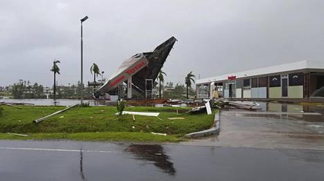 Huoltoasema romahti myrskyssä.