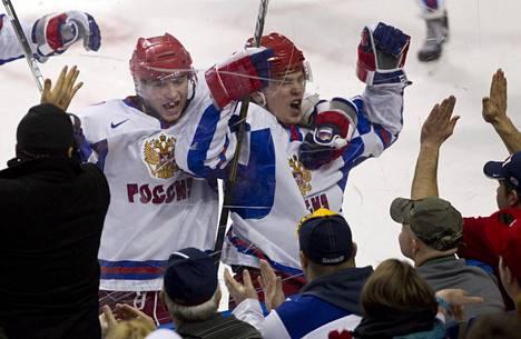 Jevgeni Kuznetsov (oik.) juhlimassa Nikita Pivtsakinin kanssa 2–3-kavennusmaaliaan Suomea vastaan 2011.