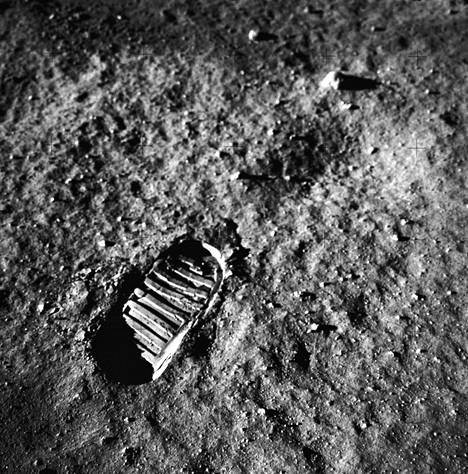 Aldrin jätti saappaanjälkensä Kuun pintaan.