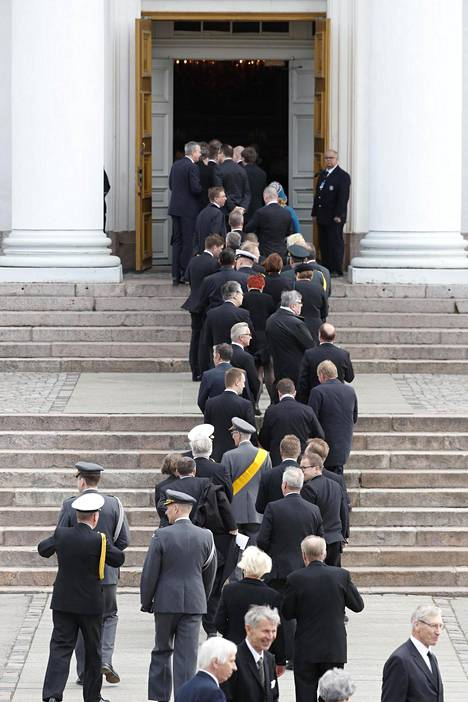 Surupukuiset hautajaisvieraat saapuvat Tuomiokirkkoon.