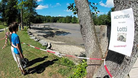 Irseen kylän alueella sijaitseva järvi on tyhjennetty Lotin löytämiseksi. Puihin on alueella kiinnitetty ilmoituksia, joissa varoitetaan purevasta kilpikonnasta.