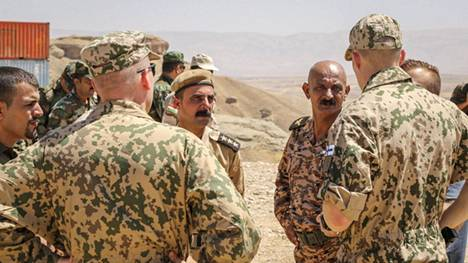 Suomalaiset rauhanturvaajat pysyvät toistaiseksi Irakissa, missä heillä on meneillään koulutustehtävä.
