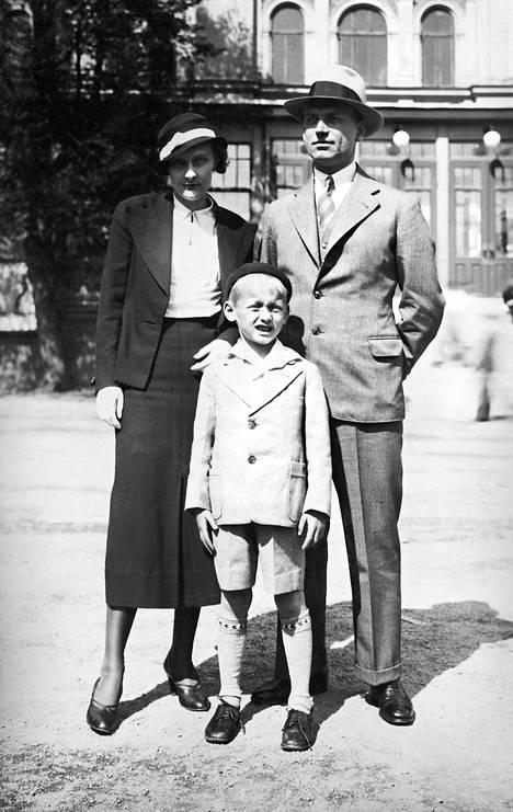 Pieni onnellinen perhe Tukholmassa 1933. Vuoden päästä syntyi tytär Karin.