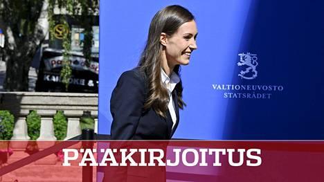 Pääministeri Sanna Marin matkalla hallituksen koronakokoukseen torstaina iltapäivällä.