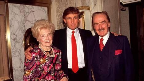 Donald Trump isänsä Fredin ja äitinsä Maryn kanssa vuonna 1994.