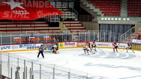 SM-liigaa on pelattu viime ajat tyjille katsomoille. Kuva Vaasassa pelatusta ottelusta Sport–HPK 9. tammikuuta.