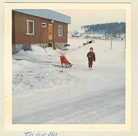 Tarja Filatov matkalla laskettelemaan 60-luvun lopulla. Potkukelkassa istuu naapurin Mervi.