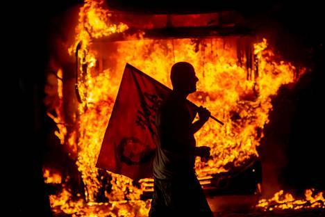 Bussi paloi Riossa. Brasilialaiset opiskelijat aloittivat mielenosoitusten aallon protestina presidentti Jair Bolsonaron koulutusleikkauksille.