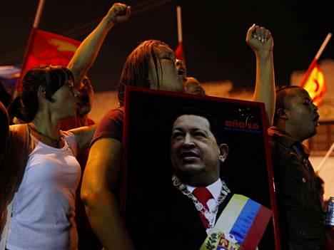 Kannattajat kantoivat Chavezin kuvaa presidenttiä hoitaneen sairaalan ulkopuolella.