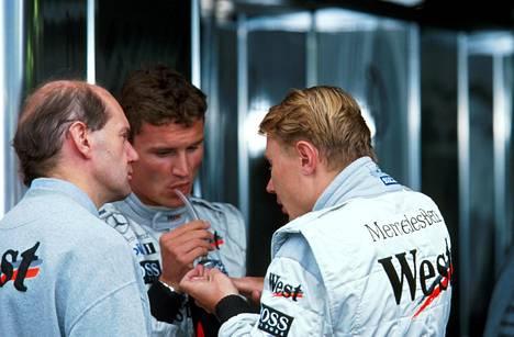 Adrian Newey, David Coulthard ja Mika Häkkinen juonimassa Spassa kesällä 1998.