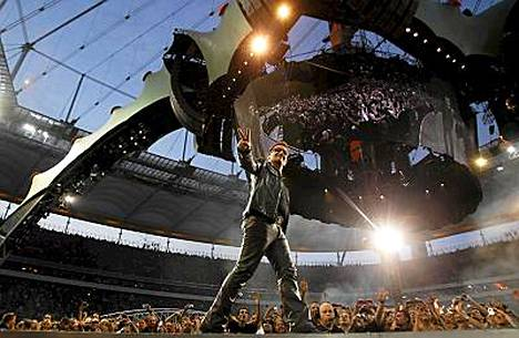 Näin Bono marssi lavalla Frankfurtissa 10. elokuuta.