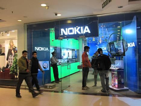 Nokian mukaan sen tulisi saada Intiassa myydyistä puhelimista arvonlisäverot takaisin. Kuvassa Nokian myymälä New Delhissä.