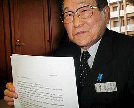 Obaman kaupungin pormestari Toshio Murakami esitteli ylpeänä Barack Obaman lähettämää kirjettä.