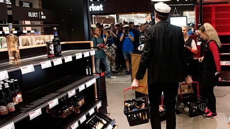 Perjantain viimeinen asiakas, Timo Riski kantaa ostoksiaan Otaniemen alkossa.