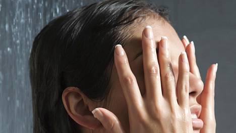 Suihkussa voi tehdä monta ihon kannalta hyvää tai huonompaa valintaa.