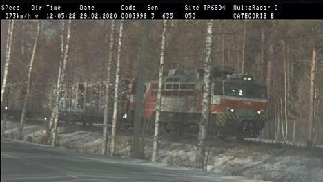 VR:n tavarajuna ajaa 73 km/t poliisin kamera-auton ohi.