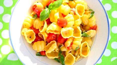 Maistuisiko pasta? Sen sekaan sopii upottaa niin lohta, lihapullia kuin tomaatitkin.