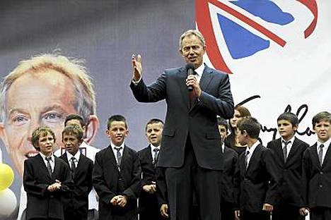 Britannian Tony Blair sai serenadin Kosovon Tony Blaireilta.