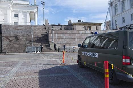 Puolustusvoimien kalustoakin on poliisin apuna tänään. Kuva on otettu Helsingin tuomiokirkon edustalta puoli kymmenen aikoihin.