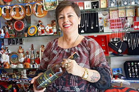 Matkamuistomyymälä Artistike Inaa Tiranan keskustassa pitävä Vjollca Cela on komistautunut Ina-tyttären tatuoimalla Albanian kaksoiskotkalla. Tarjolla Vjollcalla on perinteinen kansallissankari Skënderbeun mukaan nimetty brandy.