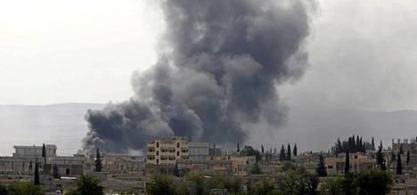 Savu nousi Kobanin kaupungista Turkin ja Syyrian rajalta. Länsi yrittää ajaa Isisin taistelijat kaupungin ympäriltä ilmaiskujen avulla.