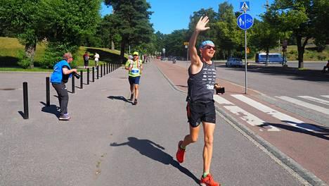 Juha Nurmelan (edessä) ja kahdeksan muun juoksijan kuukauden mittainen urakka huipentui sunnuntaina Helsinkiin.