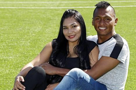 Alfredo Morelos tuli kolumbiasta Helsinkiin vaimonsa Yesenia Herreran kanssa.
