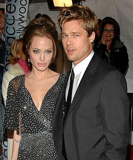 Angelina Jolie piipahtaa Amerikassa, mutta mies Brad Pitt jää Berliiniin.