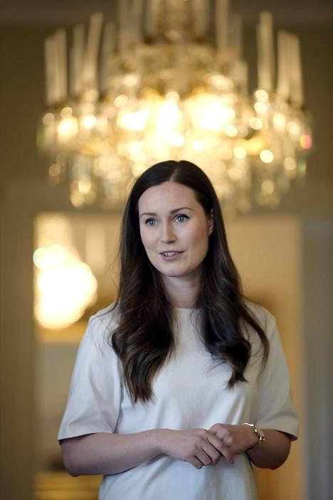 Marinin vaatteet ovat käytännöllisiä. Hän oli pukeutunut pääministerin haastattelutunnille maaliskuussa valkoiseen asuun.