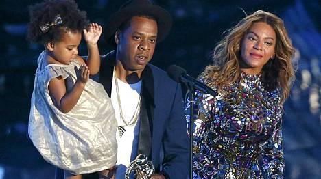 Tällaisena me muistamme Beyoncén kutrit. Kuvassa koko perhe Jay-Z ja Ivy Blue mukaan lukien.