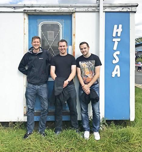 James Chisem, Alasdair Bell ja Paul Cuffe sekä parakki, jossa seura pelastettiin vuonna 2003.
