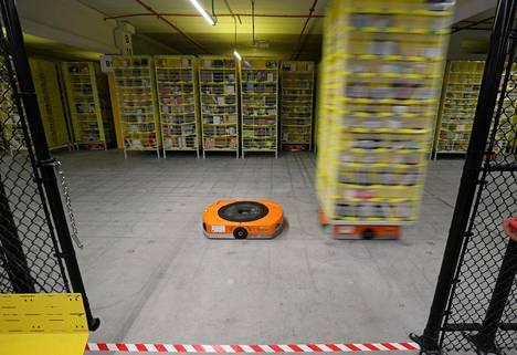 Robotit liikuttelevat pakettilavoja Amazonin varastossa Espanjan El Prat de Llobregatissa.