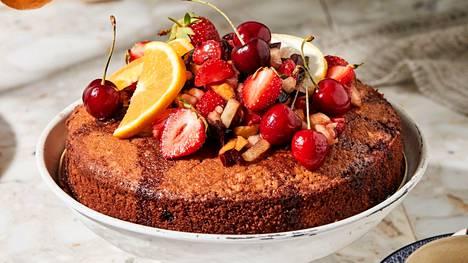 Sangria kuljettaa mielen välittömästi Espanjan auringon alle. Sangrian maut; punaviinin, marjat ja hedelmät voi myös nauttia kakun muodossa - que creativo!