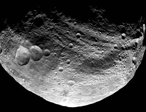 Päivä vaihtuu yöksi asteroidin pinnalla. Lumiukkokraatteri kuvan vasemmassa laidassa.