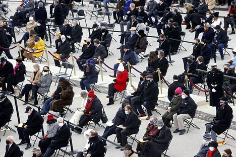 Virkaanastujaisia seuranneet vieraat oli aseteltu kauas toisistaan. Kutsuttuina olivat kongressin 535 jäsentä sekä heidän avecinsa. Virkaanastujaisissa oli lisäksi mukana muun muassa maan entisiä presidenttejä puolisoineen.