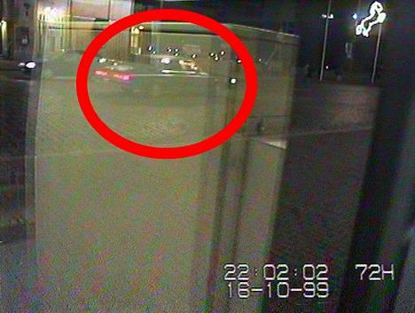 Poliisi julkaisi lokakuussa uusia valvontakamerakuvia autoista, joiden epäillään liittyvän Räisäsen katoamiseen.